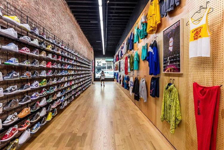 Стильный дизайн магазина спортивной обуви и одежды