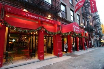 Фасад магазина украшенный к новогодним праздникам